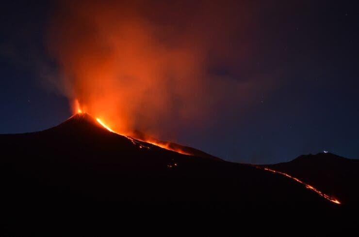 (Videos) Volcán Etna entra en erupción y emite una columna de humo de más de un kilómetro de altura