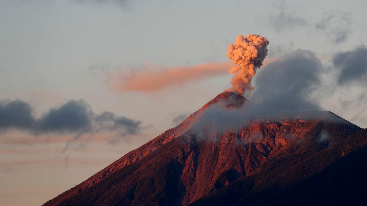 """Alerta en Guatemala tras declararse en erupción el """"Volcán de Fuego"""""""
