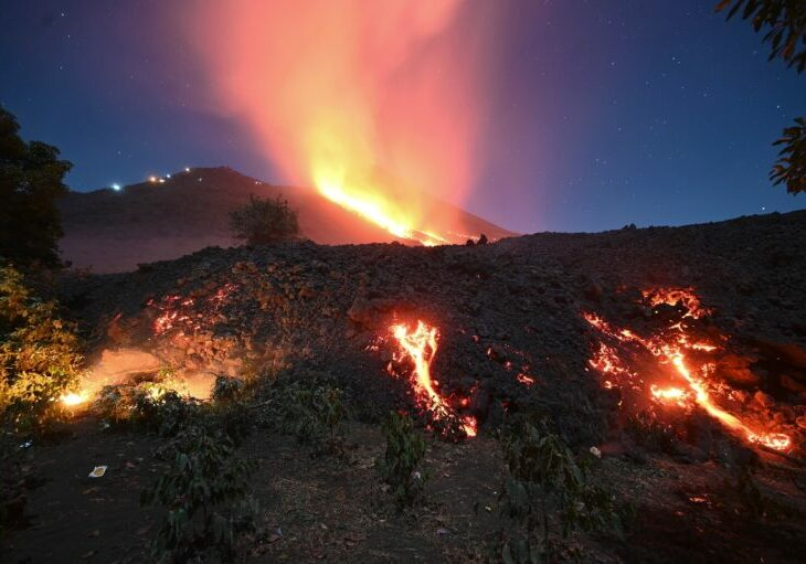 Lava del volcán Pacaya comenzó a consumir construcciones cercanas