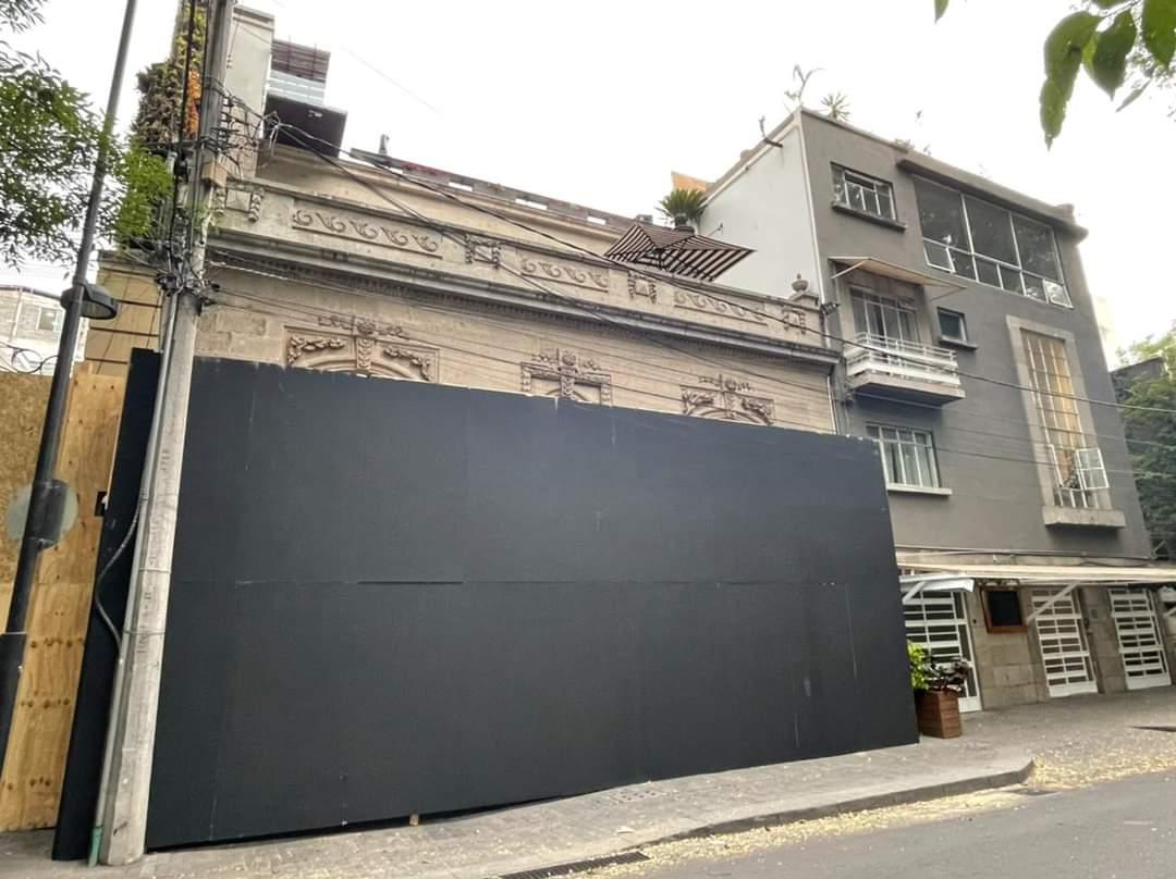 Andrés Roemer tapó la fachada de su casa previo a las movilizaciones por el Día de la Mujer