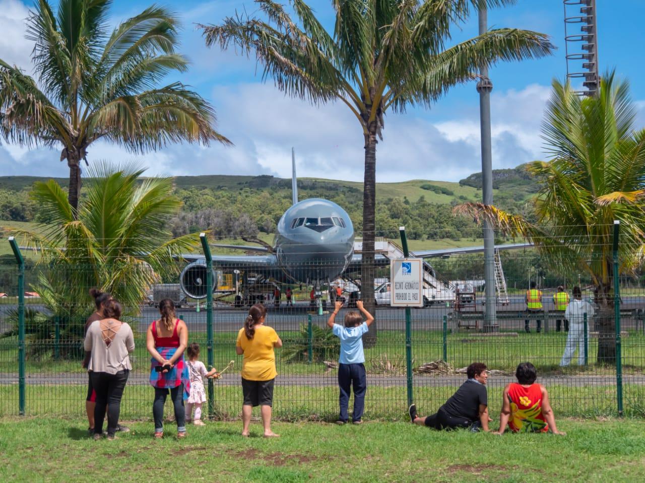 RAPA NUI: Aterrizaje de avión militar dejó una persona herida y afectó manifestación de mujeres. Dirigentas acusan intencionalidad de la FACH