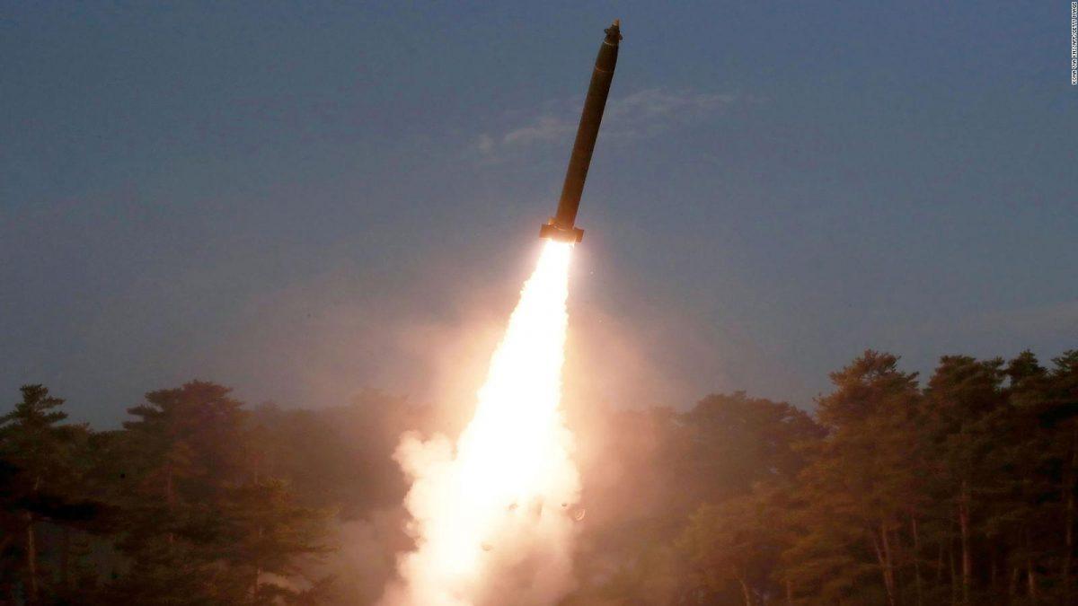 Corea del Norte lanza dos misiles balísticos y Japón convoca reunión urgente