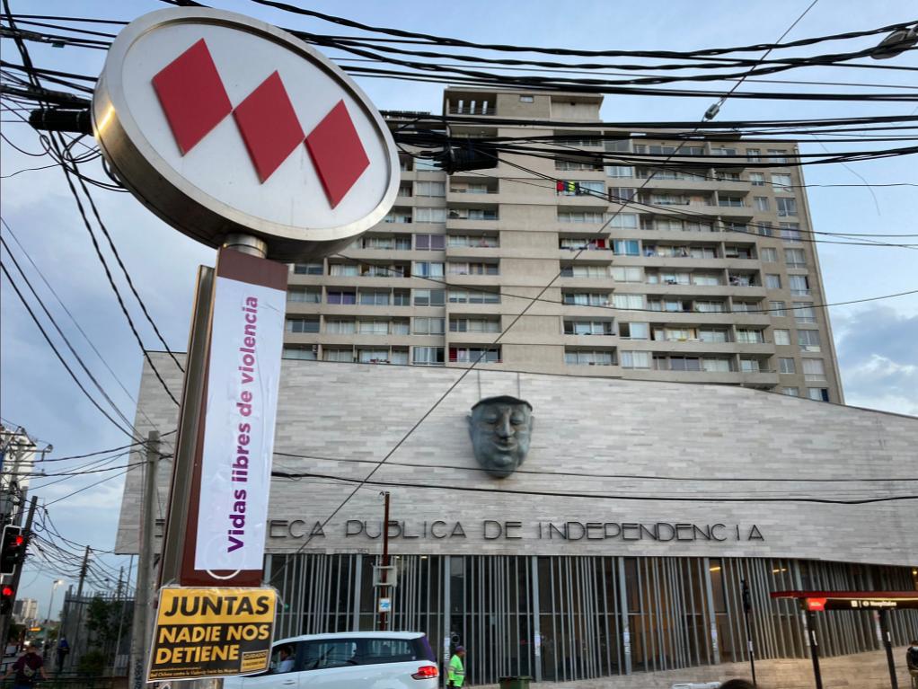 """""""Súper lunes feminista"""":  Renombran estaciones del Metro de Santiago con demandas, deseos y consignas sobre """"huelga general 8M"""""""