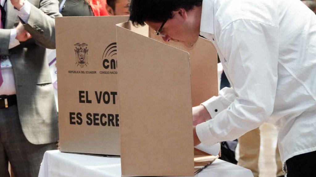 Pandemia, crisis económica y un parlamento dividido esperan al vencedor de elecciones ecuatorianas