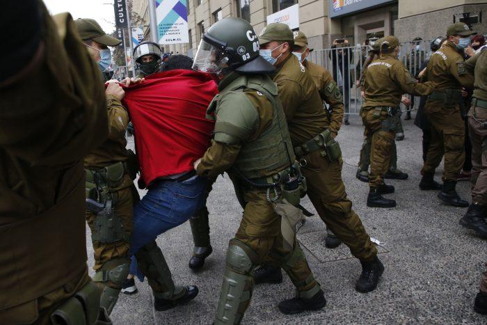 «No habíamos hecho nada»: Carabineros reprime y detiene a dirigentes de la CUT cuando intentaban llevarle carta a Piñera