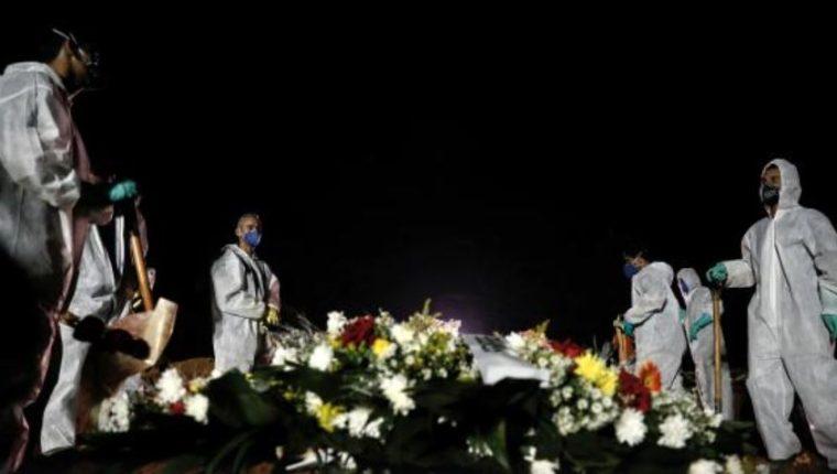 Entierros nocturnos en Brasil: cavan a diario 600 nuevas fosas para sepultar a las víctimas del Covid-19