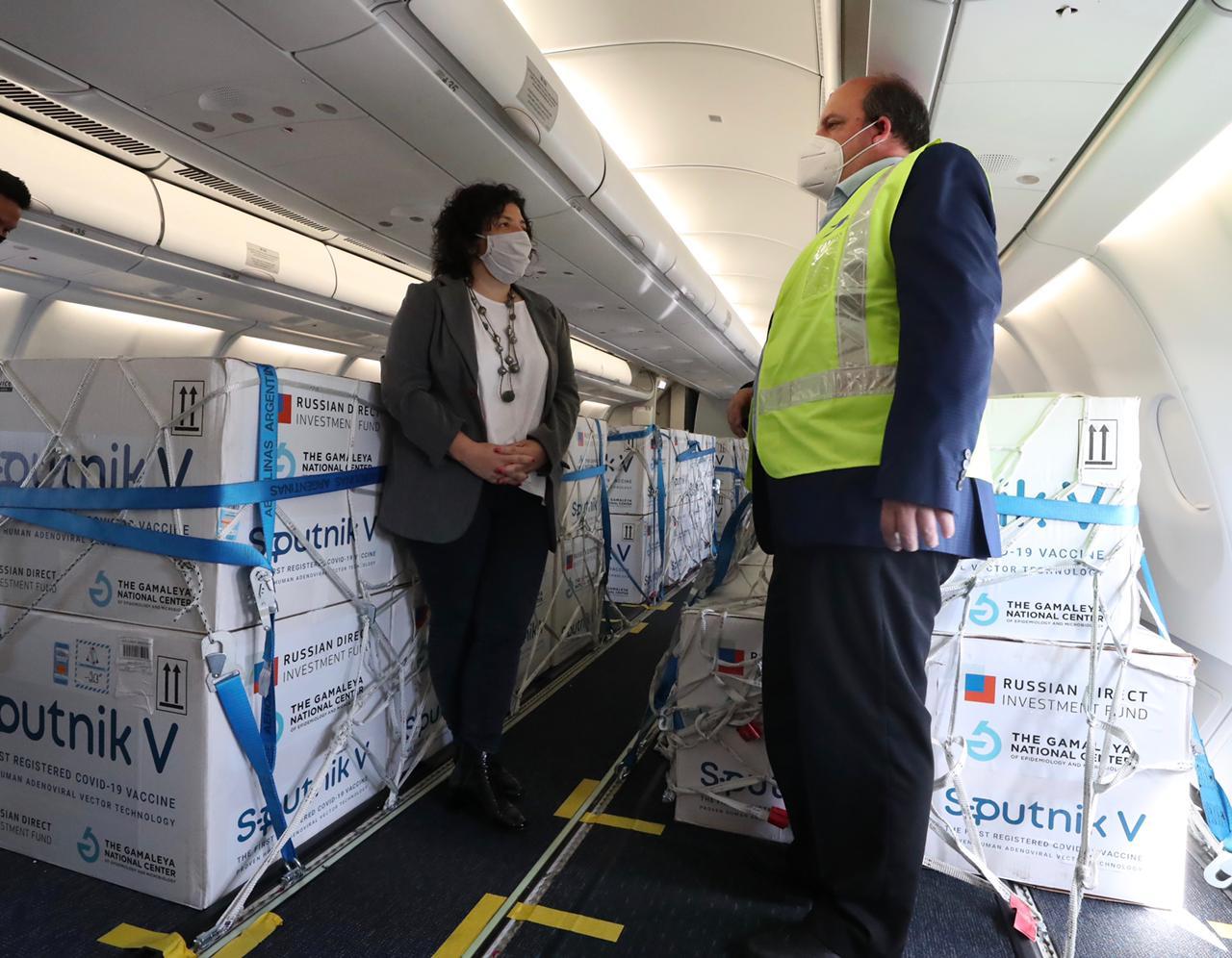 Más de 400.000 dosis de vacuna rusa contra Covid-19 arribaron este domingo a Argentina
