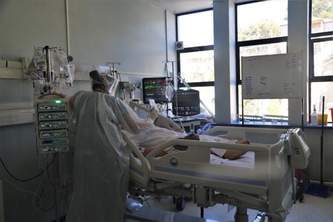 Vecinos de Quintero y Puchuncaví denunciaron que Hospital Adriana Cousiño no está entregando cupos UCI a personas mayores