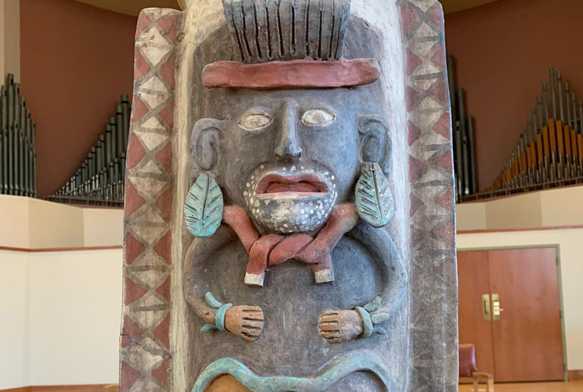 Repatrian urna maya a México