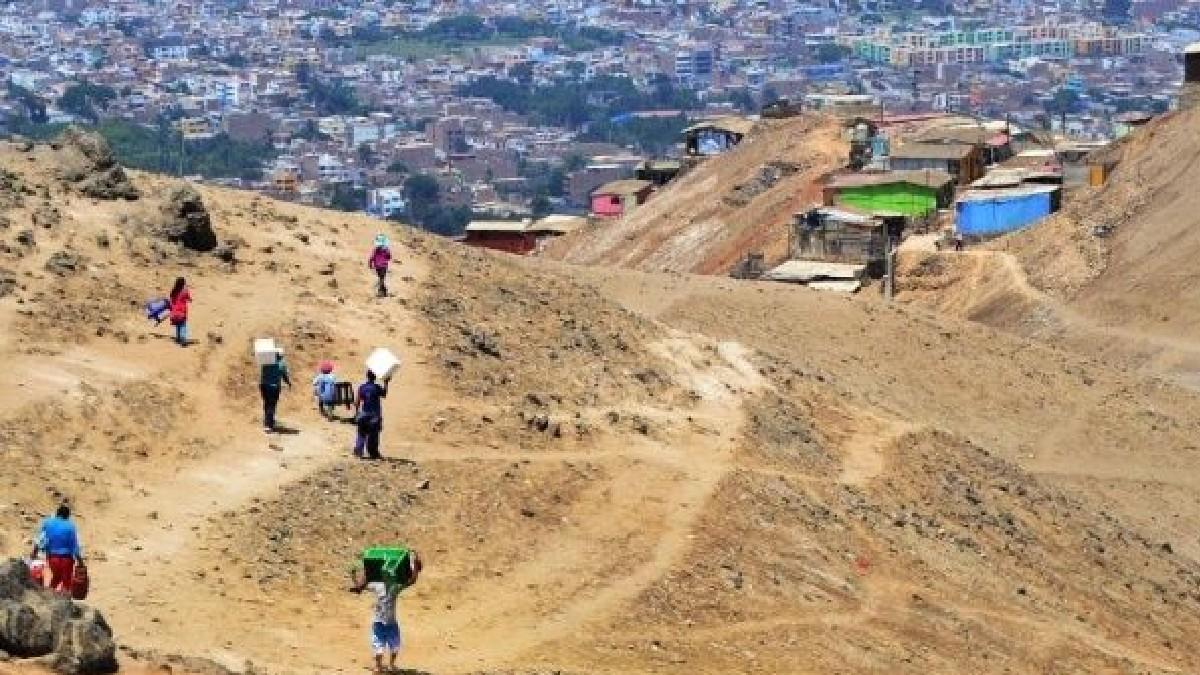 Policía de Perú desaloja con gases lacrimógenos a cientos de familias en Lima