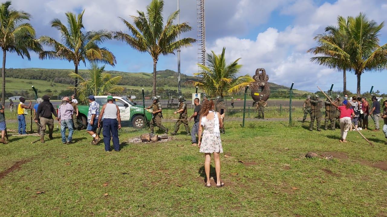 Rebelión en Rapa Nui: Comunidad rechaza arribo de vuelo de Latam y se toma el aeropuerto en medio de enfrentamientos con Carabineros