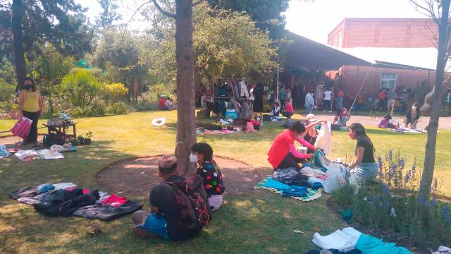 Gente disfrutando del bazar y el trueque de Zona Zero Waste en el Jardín Etnobotánico en Puebla Capital.