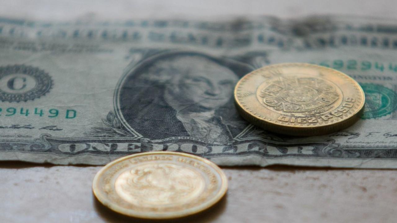 Peso gana frente al dólar
