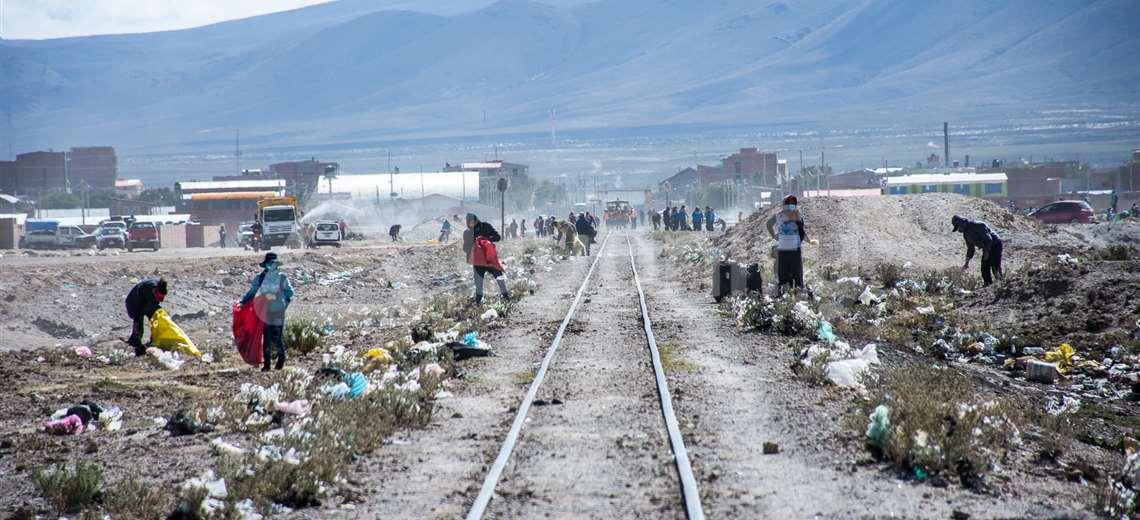 Turista francés llegó a Bolivia por unos días y se quedó en ese país recogiendo desechos sólidos
