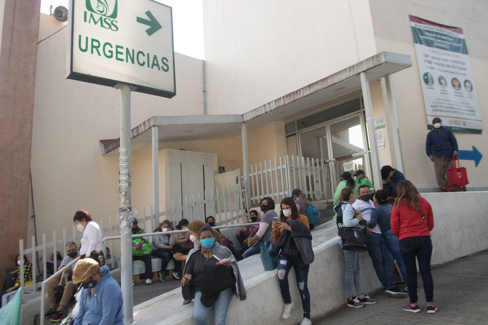 Derechohabientes del IMSS esperando su turno