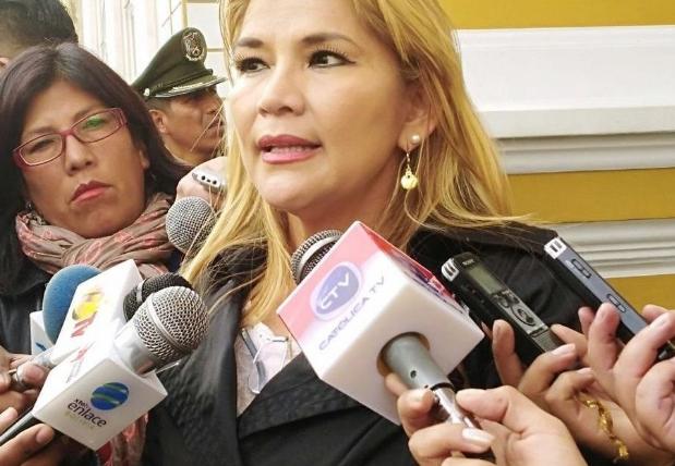 Denuncian que el gobierno de facto de Bolivia contrató con recursos del Estado a varios periodistas para «lavar su imagen»