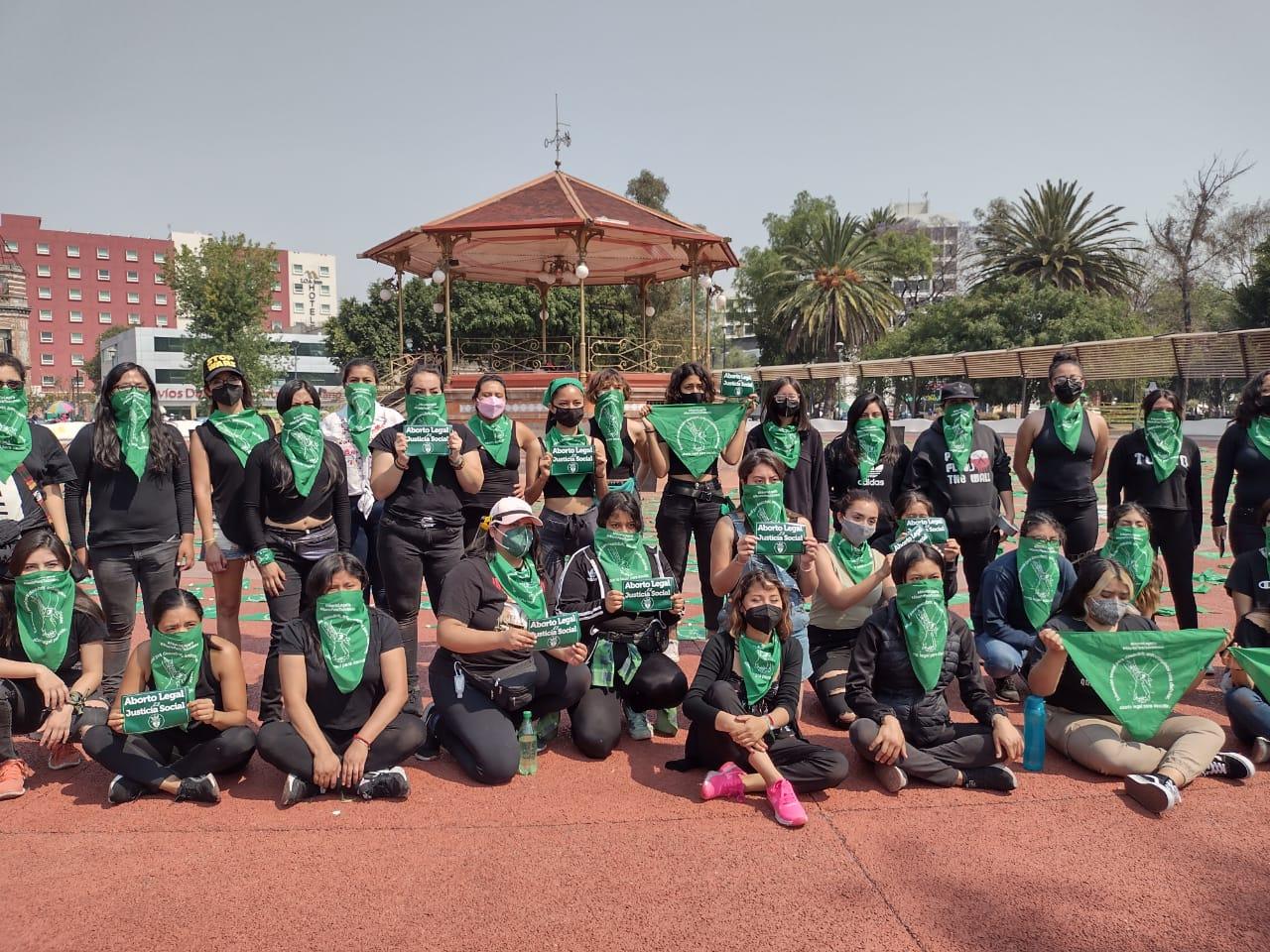 Colectivas feministas llenan de pañuelos verdes el Paseo Bravo