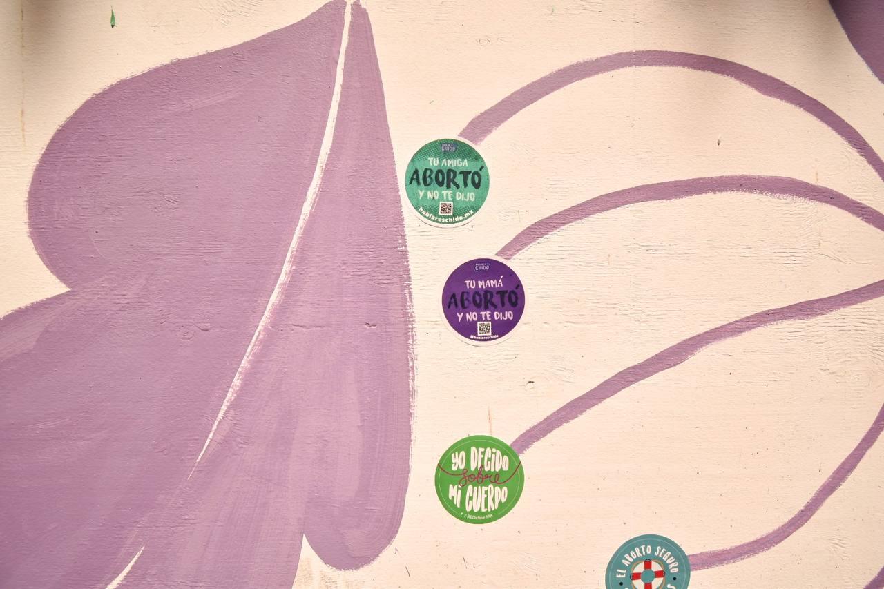 """Feministas pintan """"#AbortoLegalPuebla"""" en muros del zócalo"""