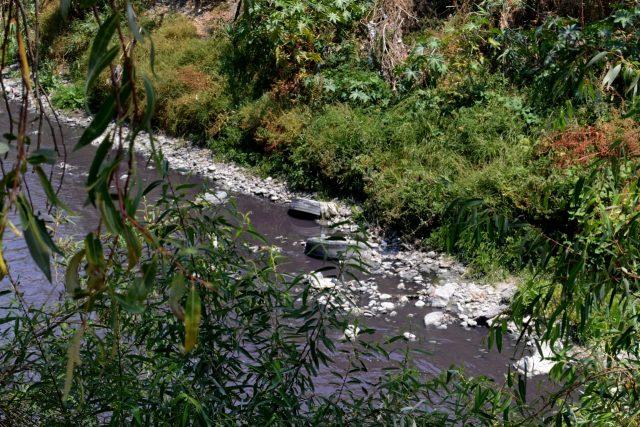 Contaminación del río Atoyac con desechos sólidos y el agua con desechos tóxicos