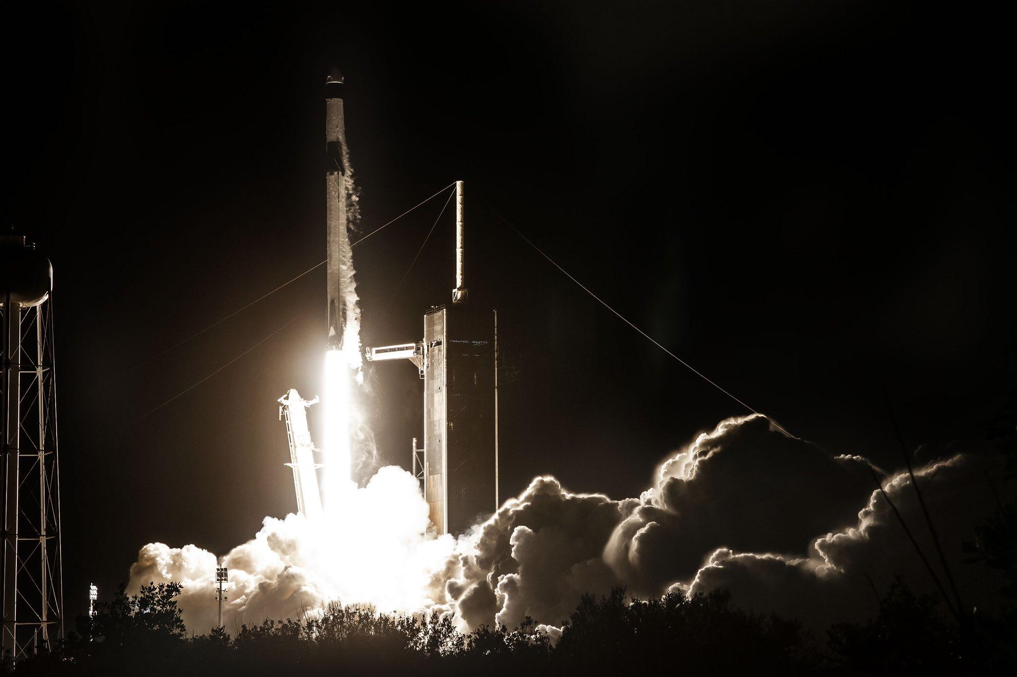 La nave espacial Endeavour en su despegue hacia la estación espacila internacional