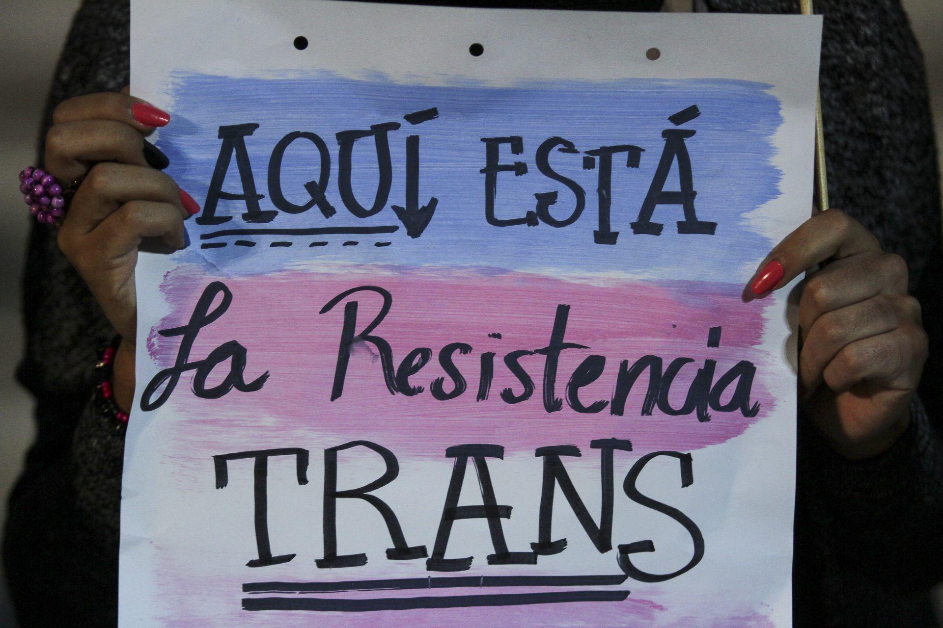 cartel aquí está las resistencia trans