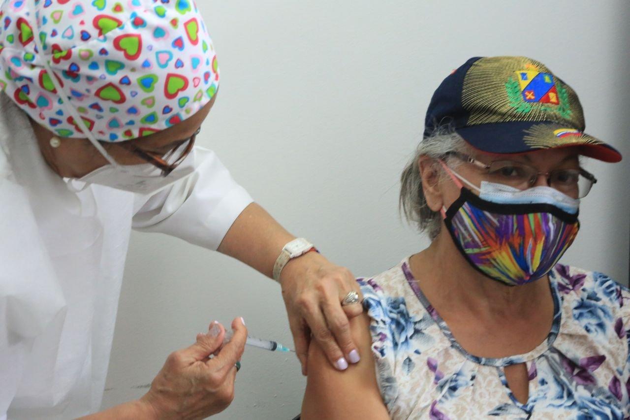 Comienza vacunación contra COVID-19 en adultos mayores en Venezuela