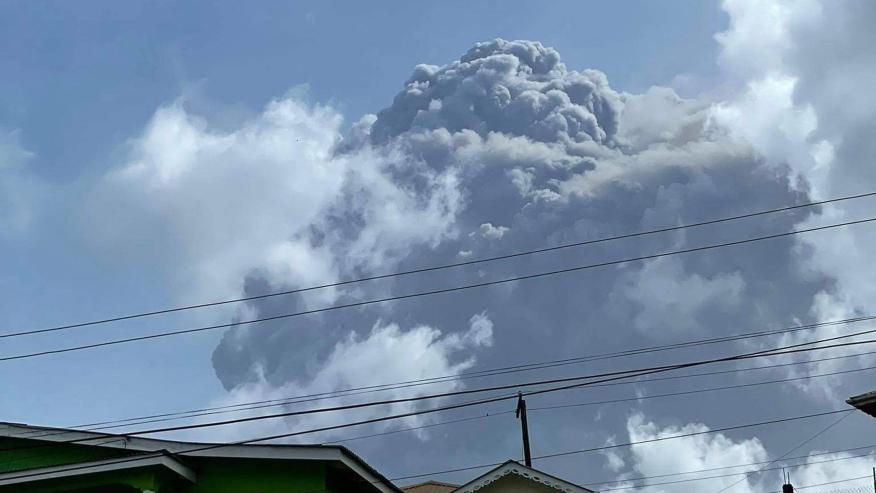 (Videos) Volcán La Soufrière registró su erupción más fuerte en tres días de actividad