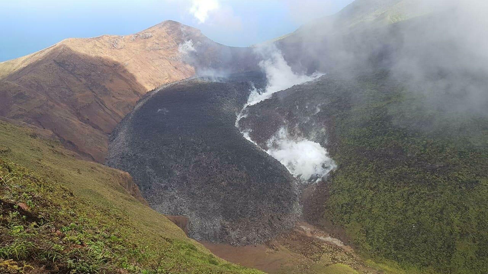 Erupción de volcán en San Vicente y Las Granadinas obliga evacuación de 30.000 habitantes