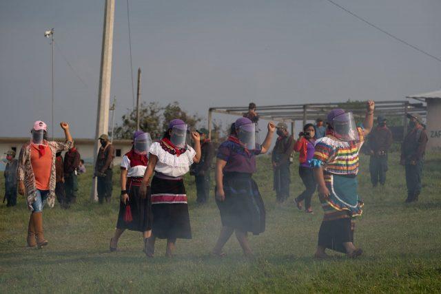 Zapatistas despidiendo a sus compas, previo a su viaje a Europa