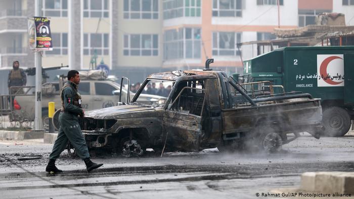 30 muertos y un centenar de heridos deja  explosión de coche bomba en Afganistán
