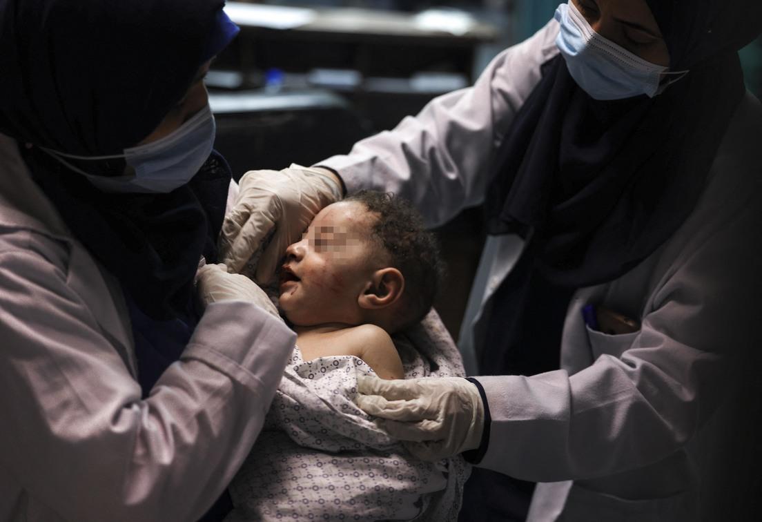 La conmovedora historia de Omar: el bebé de 5 meses que sobrevivió al ataque israelí a un  campamento de refugiados