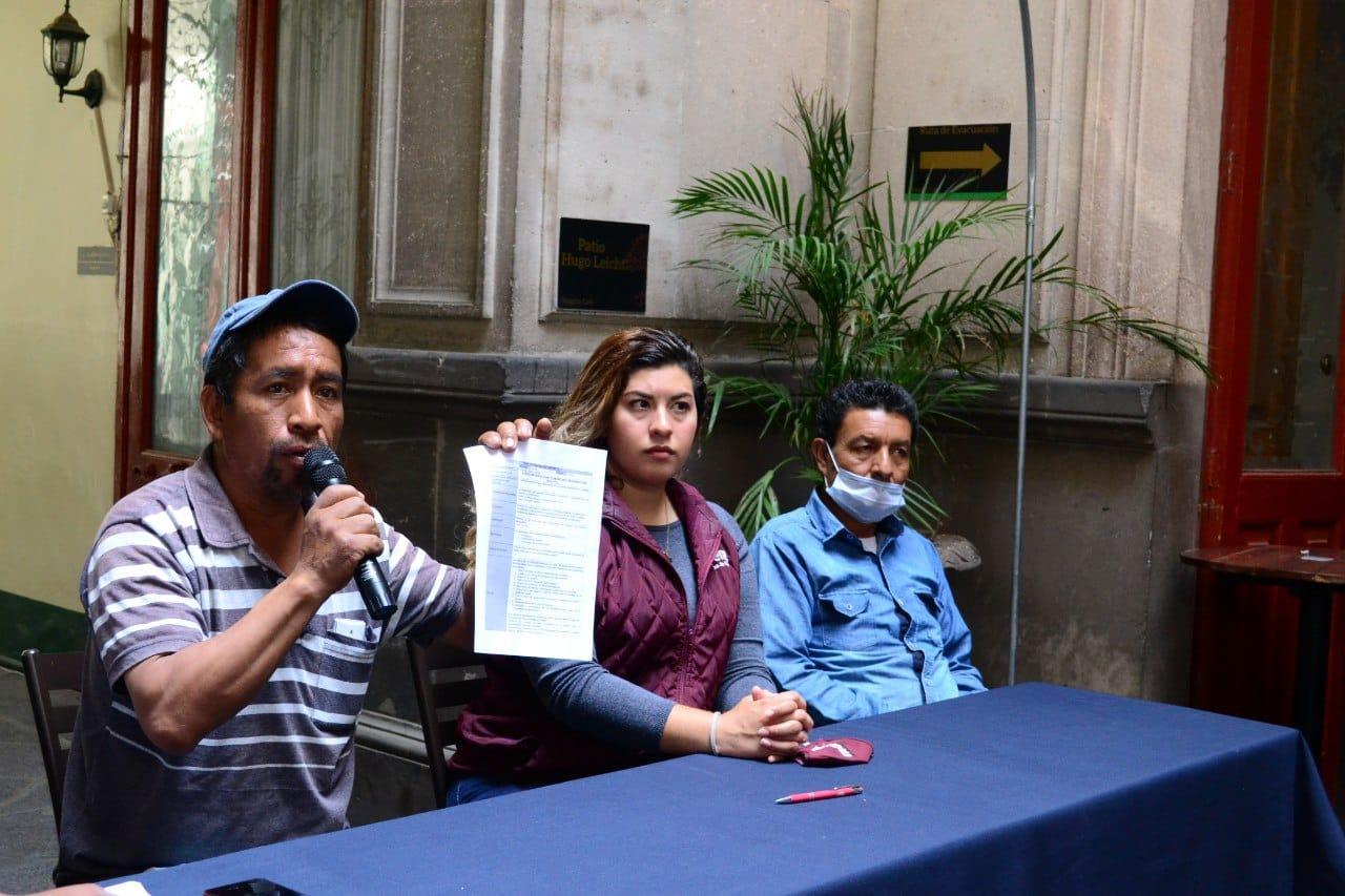 La candidata a una diputación local, Xel Arianna, y habitantes de La Resurrección presentando sus demandas