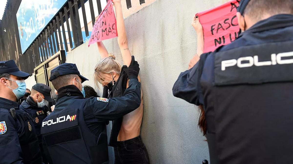 (Fotos) Activistas de Femen manifiestan contra Vox durante las elecciones en Madrid «Al fascismo ni voto ni permiso»