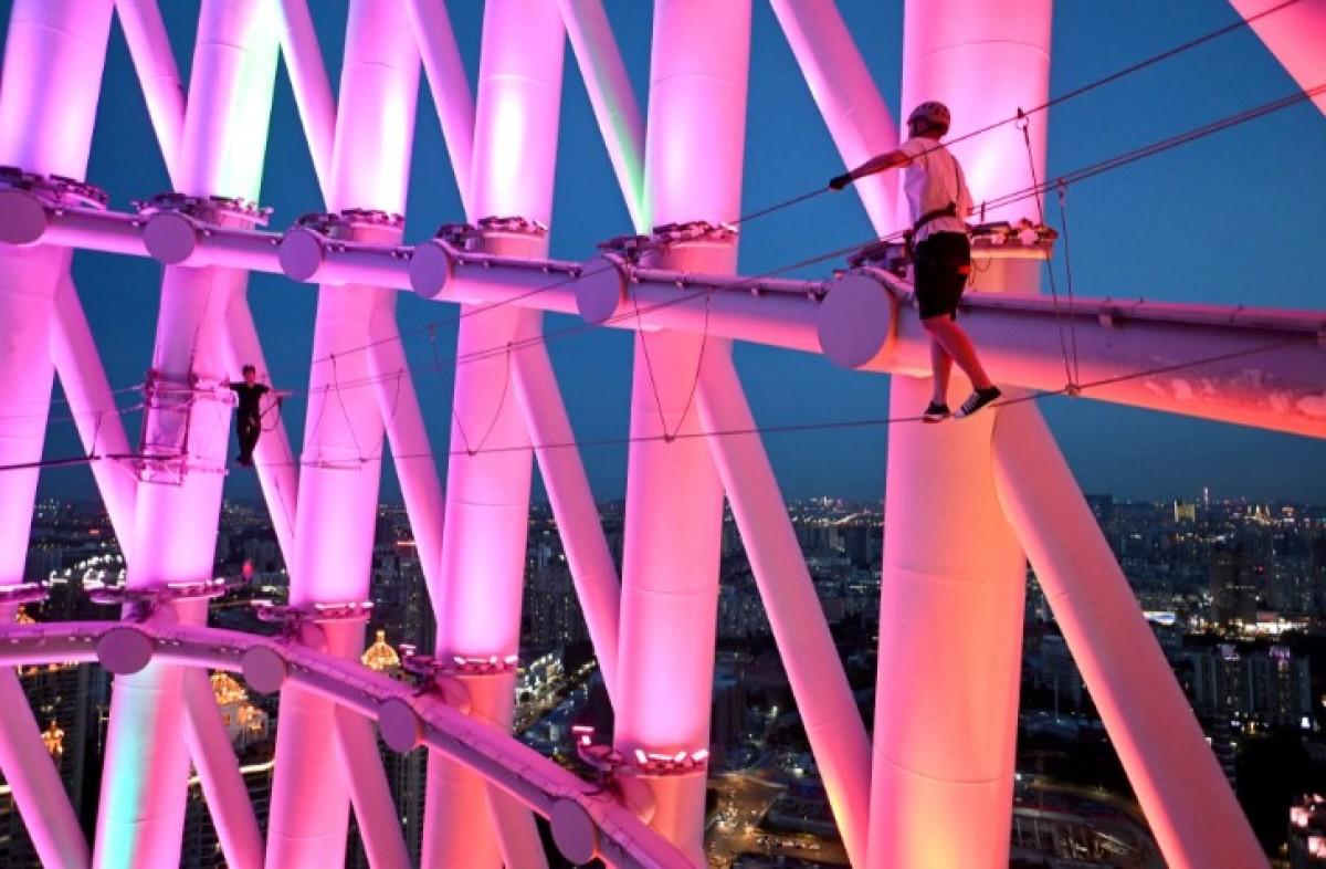 Turismo de altura: escalar la torre Cantón en China la máxima adrenalina a 600 metros del suelo