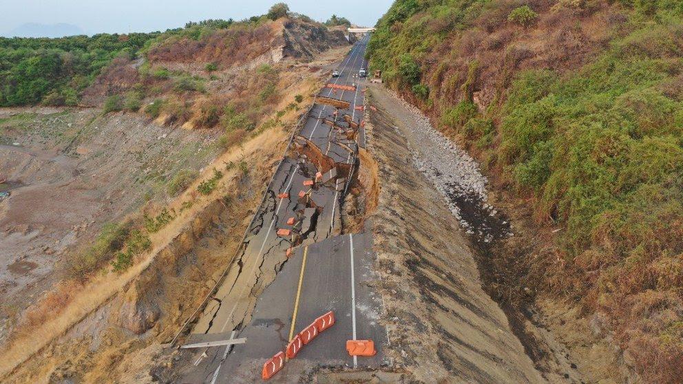 Se desgaja tramo de la autopista Siglo XXI en Michoacán