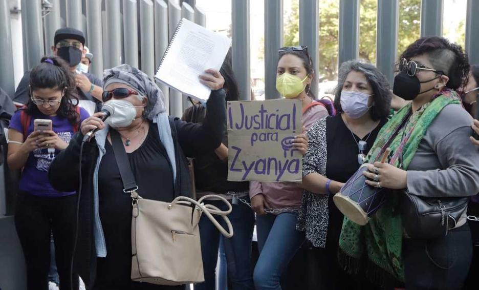 """Varias mujeres manifestándose con un letrero que dice """"Justicia para Zyanya"""""""