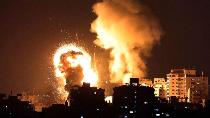 Israel arrecia los bombardeos contra Gaza: colapsa un edificio de 13 pisos tras ataque aéreo