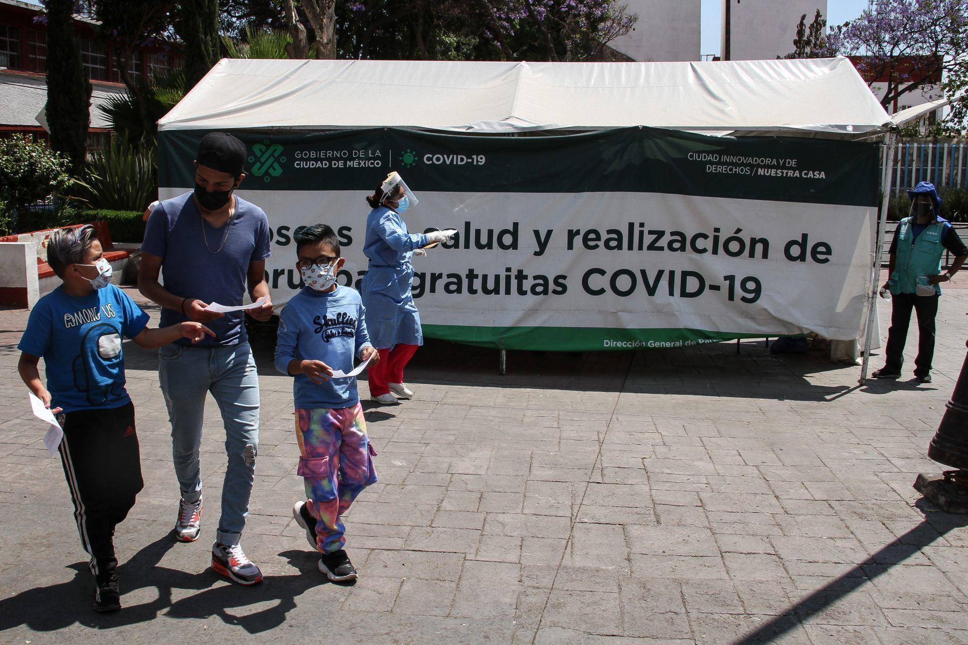 Menores usando cubrebocas en las inmediaciones de un hospital Covid-19