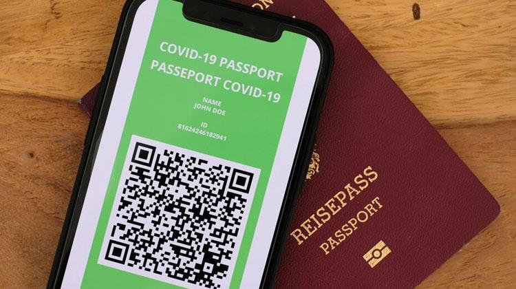 """Crece polémica ante posible implementación de """"pasaporte verde"""" para vacunados contra el Covid-19"""