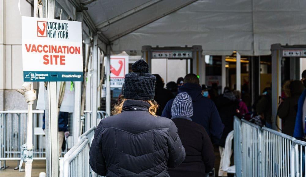 Rifas, donas y cervezas gratis: los incentivos en EE.UU. para que la gente vaya a vacunarse