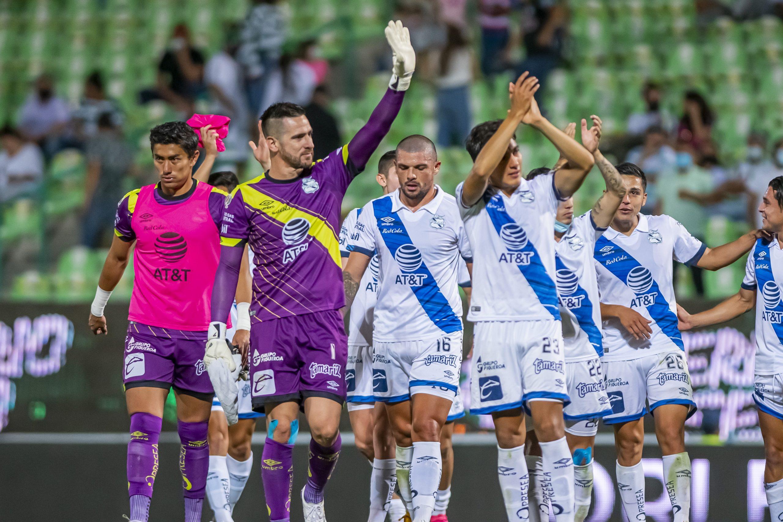 El Club Puebla celebrando tras empatar ante Santos