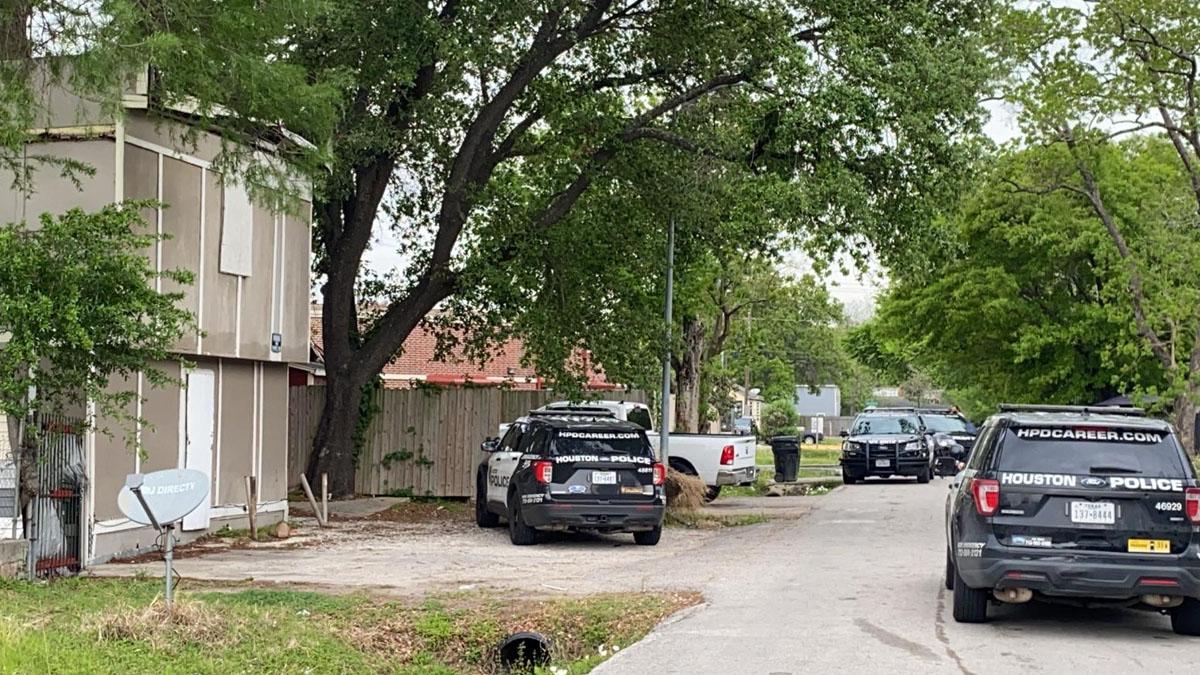 Investigan posible caso de tráfico humano  al hallar 90 personas hacinadas en una casa de Houston