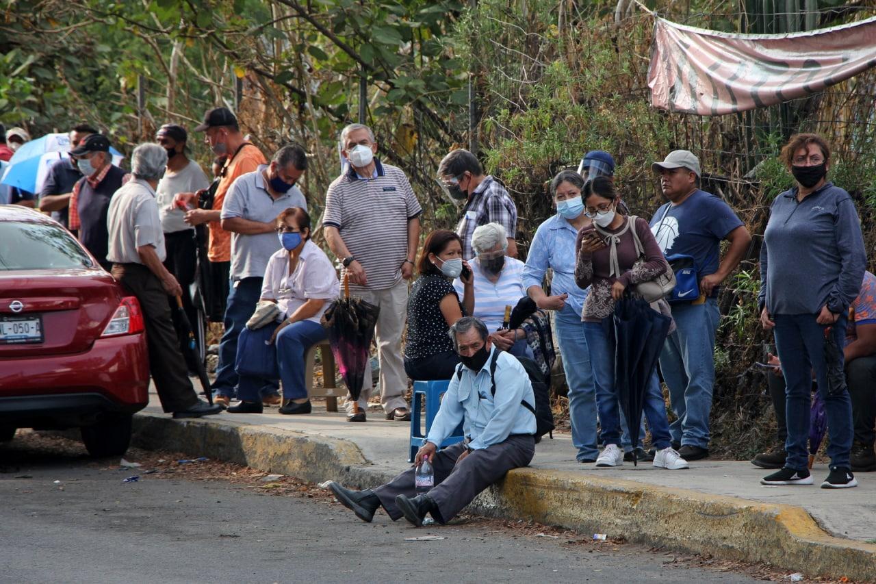 Aglomeraciones y filas interminables marcan el inicio de la vacunación de segundas dosis en Puebla capital