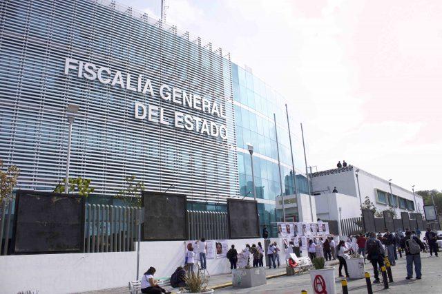 Manifestantes del Colectivo de La Voz de los Desaparecidos, frente a la Fiscalía General de Justicia de Puebla