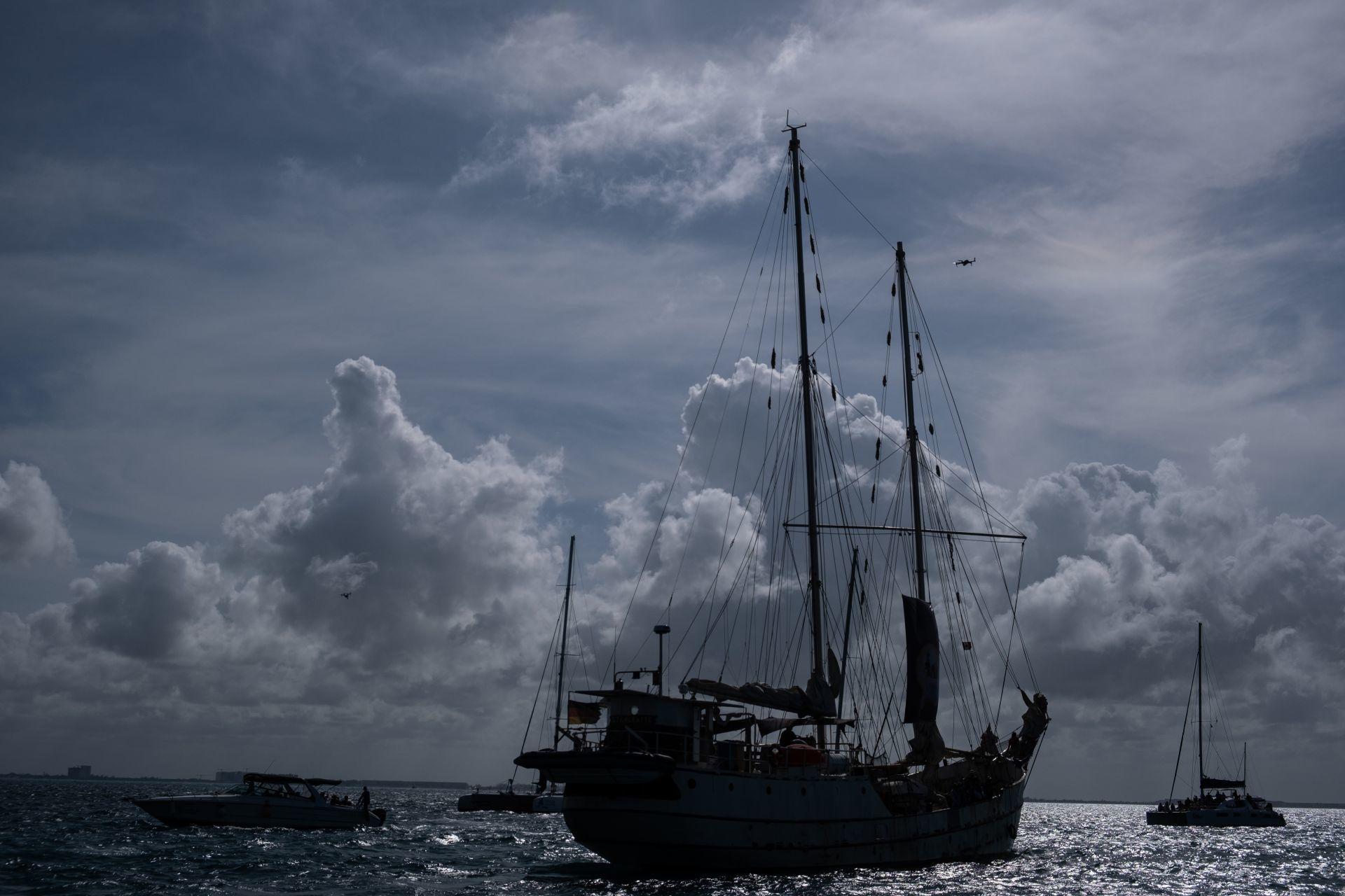 FOTONOTA: Escuadrón 421 de zapatistas embarca La Montaña, con destino a Europa