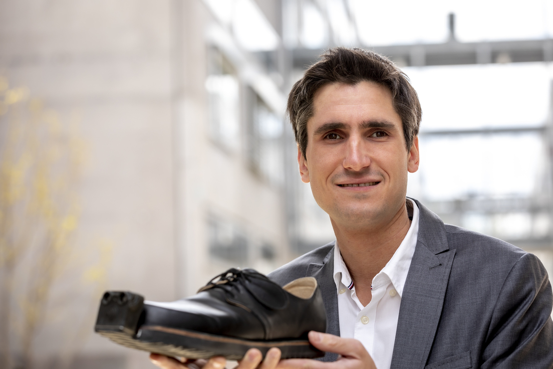 Desarrollan «zapatos inteligentes» para personas con discapacidad visual