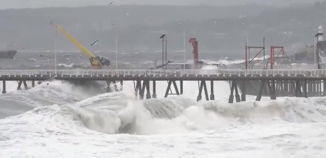 (Videos) Fuertes marejadas con olas de hasta seis metros causan estragos en zona costera del país
