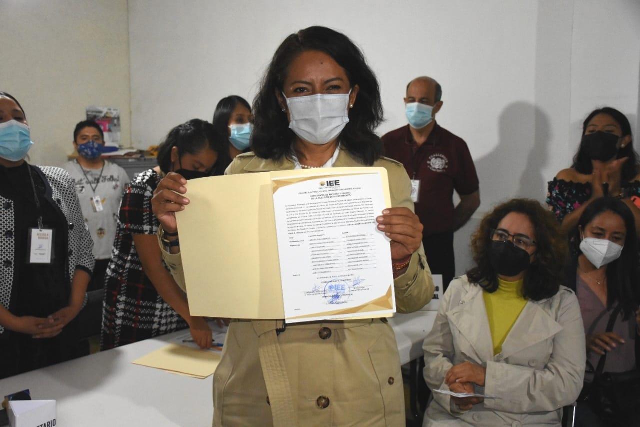 Ariadna Ayala recibe su constancia que la acredita como candidata electa de Atlixco