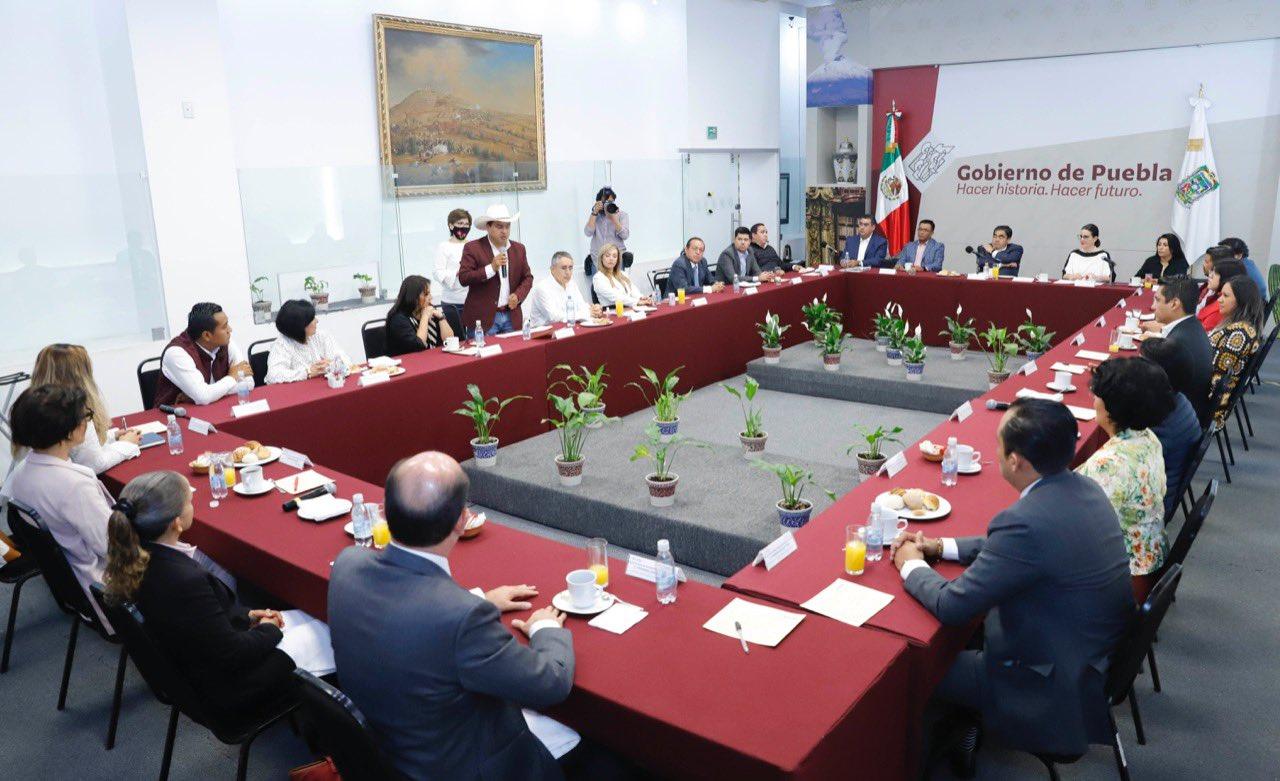 Miguel Barbosa en reunión con morenistas