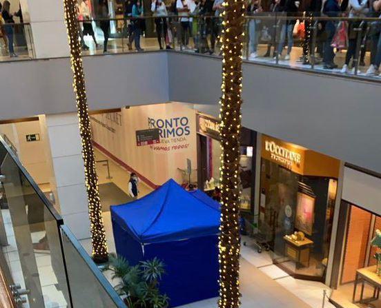 Adulto mayor se suicida en Costanera Center mientras tiendas del mall siguen atendiendo con normalidad a largas filas de clientes